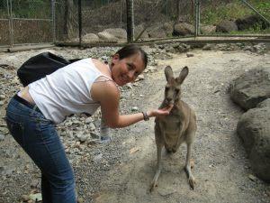 Uno dei miei incontri con la popolazione locale. Qui sono con un piccolo wallaby