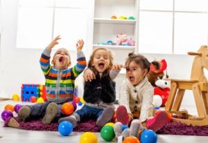 bambini-gioco-palla-interno-cameretta